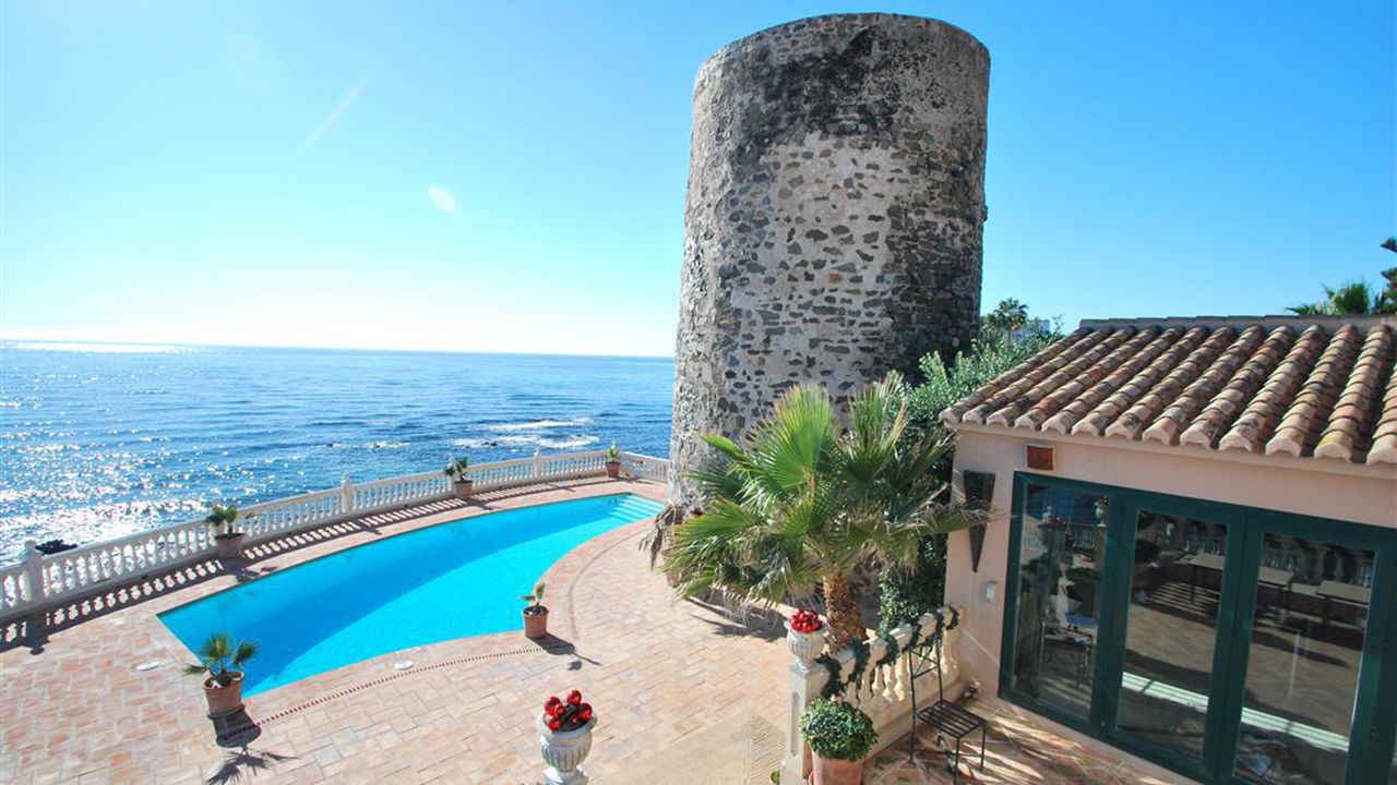 Seafront villa for sale in Calahonda – Spain